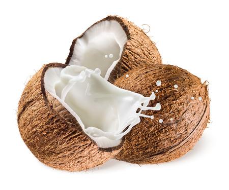 Coco con el chapoteo de la leche en el fondo blanco