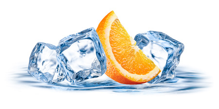 naranja fruta: Fruto de naranja con hielo aislados sobre fondo blanco