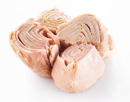 geconserveerd tonijn op wit