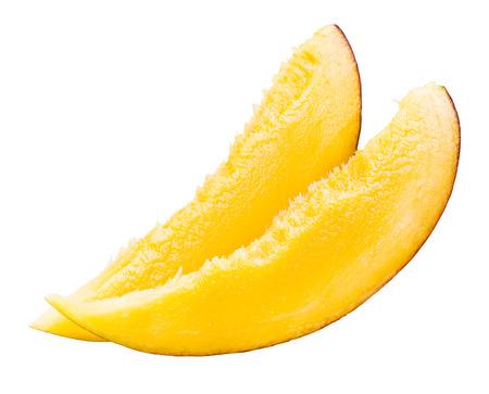 mango fruta: Rebanada de mango aislado en fondo blanco