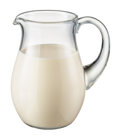 latte fresco: brocca di vetro di latte fresco isolato su sfondo bianco.
