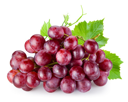 Rijpe rode druiven met bladeren op wit wordt geïsoleerd Stockfoto