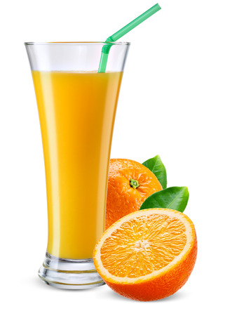 jugos: Vaso de jugo de naranja con frutas aislados en blanco.
