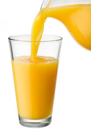 verre de jus d orange: Le jus d'orange est versé du lanceur dans le verre Banque d'images