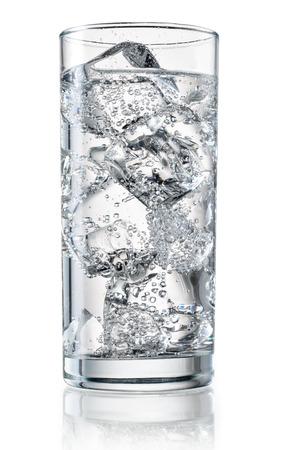 Glas mineraalwater met ijs. Stockfoto