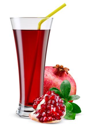 jugos: Vaso de jugo de la granada con la fruta aislado en blanco.