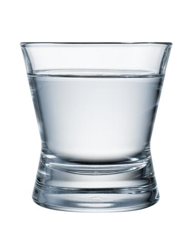 vaso con agua: Vidrio de agua aislado en blanco. Con trazado de recorte