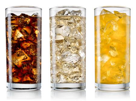 bebidas frias: Vidrio de cola, fanta, sprite con cubitos de hielo aislados en blanco. Con trazado de recorte