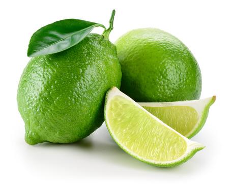 Limoen. fruit met plakken op wit wordt geïsoleerd