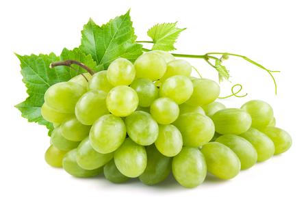 Groene druiven met bladeren. Op wit wordt geïsoleerd Stockfoto