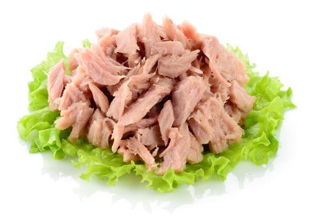 atun: Atun. conservas de pescado en la hoja de lechuga verde
