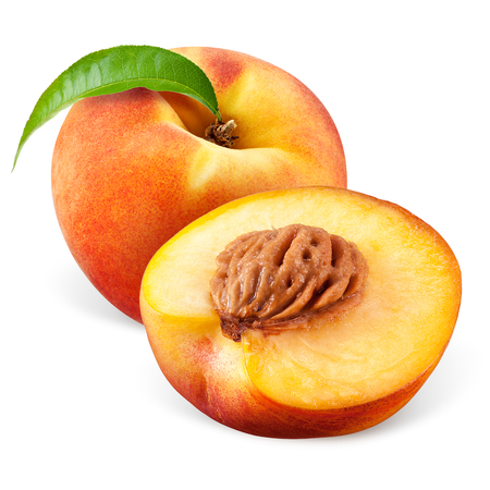 Peach mit einer Hälfte auf weißem Hintergrund Standard-Bild