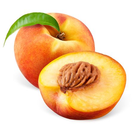 Perzik met een half op een witte achtergrond