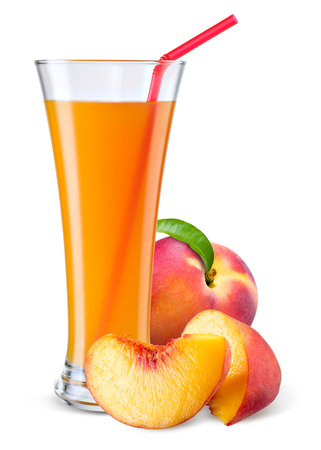 vaso de jugo: Vaso de zumo de melocotón con la fruta aislado en blanco.