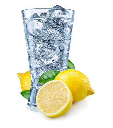 vaso con agua: Vaso de agua con limón aislado en blanco.