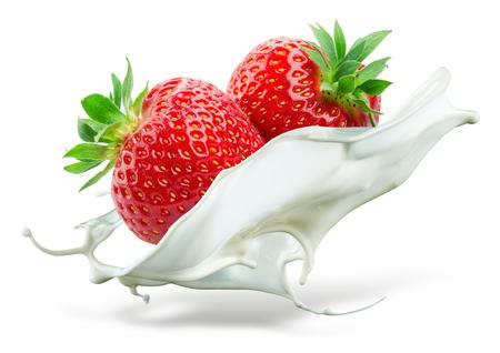 fresa: Dos fresas caer en la leche. Salpicaduras aisladas sobre fondo blanco