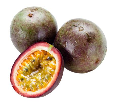 pasion: frutas de la pasión mojadas con las hojas aisladas en blanco