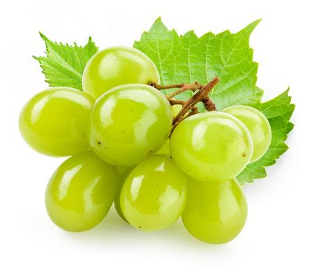 Zielona winogron z liści samodzielnie na białym tle