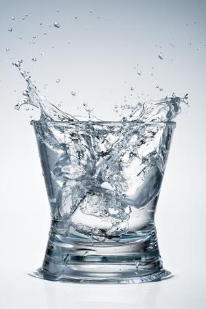 vaso con agua: Vaso de agua. chapoteo grande con hielo. Foto de archivo