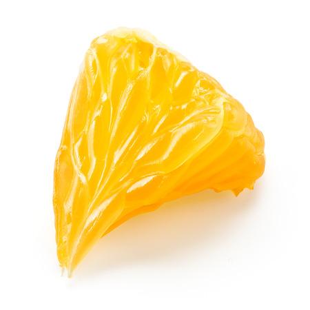 fruit orange: Naranja. Pequeña rebanada aislada en blanco. Con trazado de recorte.