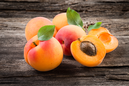 apricot kernel: Fresh apricot with leaves. Organic fruit.