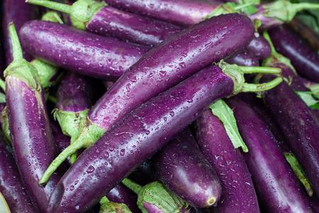 Berenjenas maduras frescas. Vegetales orgánicos. Fondo.