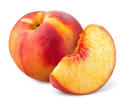 durazno: Melocoton. Fruta con la rebanada aislada en blanco.