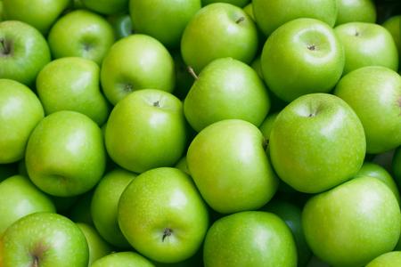 Apfel. Grüner Hintergrund. Standard-Bild - 74452925