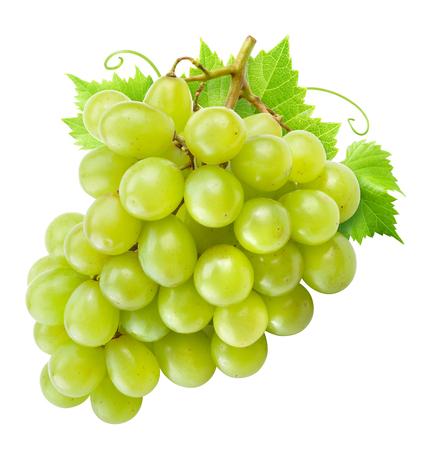 Druif geïsoleerd. Groene druiven met bladeren op wit.