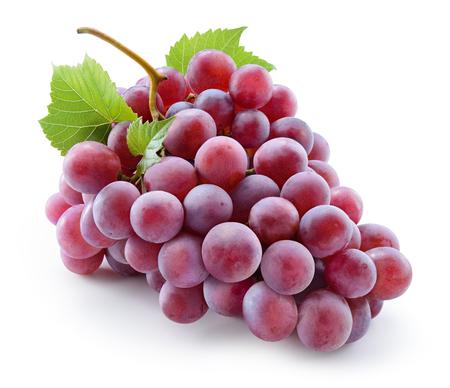 Druif. Rode druif met bladeren die op wit worden geïsoleerd. Met uitknippad. Volledige scherptediepte.