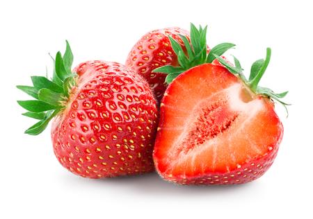 Erdbeere. Frische rohe drei Beeren mit einem Schnitt isoliert auf weiß Standard-Bild