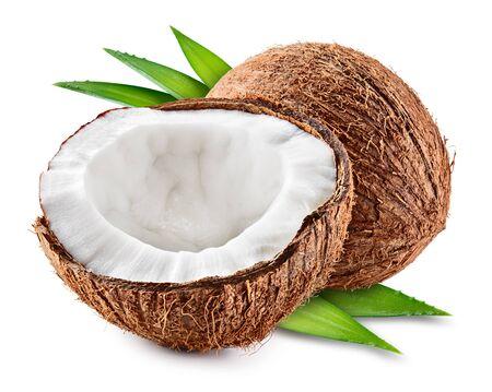 La metà della noce di cocco, la fetta della noce di cocco e le foglie isolano.