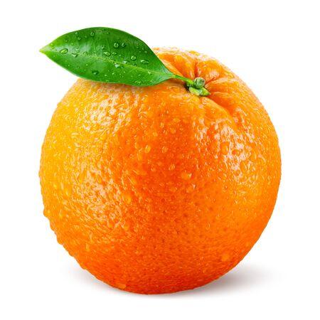 Naranja con hojas aisladas en blanco