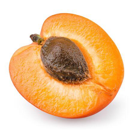 Aprikosen-Isolat. Draufsicht der Aprikosenscheibe. Frische Aprikosenfrucht auf weißem Hintergrund mit Beschneidungspfad isoliert Standard-Bild