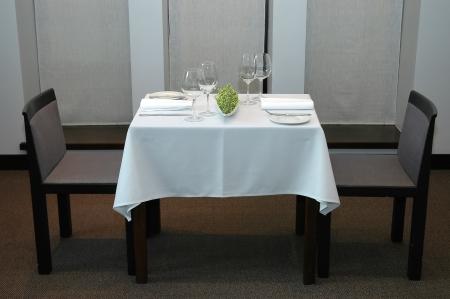 manteles: Servido mesa de restaurante para dos Foto de archivo