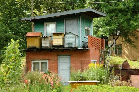tuinhuis: zomerhuis met bijenkorven