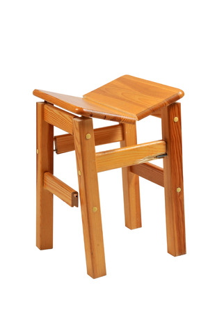 pierna rota: silla de madera rota en el fondo blanco