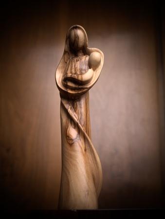 virgen maria: Virgen con el ni�o de madera de olivo Foto de archivo