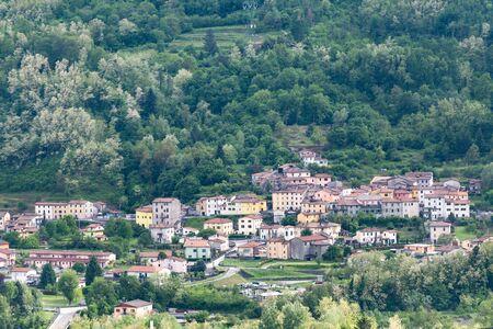 Toskania. Wieś w dolinie niedaleko miasta Barga. Stare miasto na wzgórzu we Włoszech.
