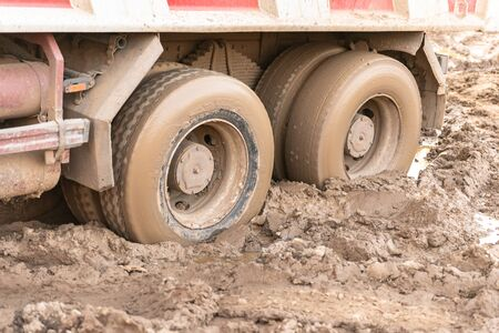 Stuck truck. The rear wheels are muddy. Blurred primer. Banque d'images