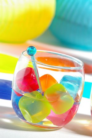 Table setting at a fun, summery party. 版權商用圖片