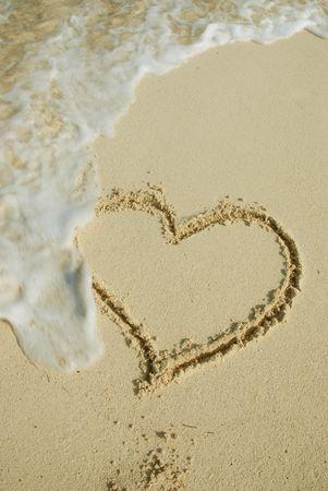 umyty: Serce na piasku plaży są myte od