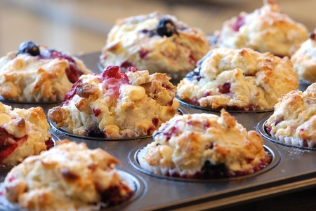 Freshly baked muffins with mixed berries and white chocolate Standard-Bild