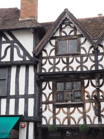 une très vieille maison en bois et blanc de l'époque tudor