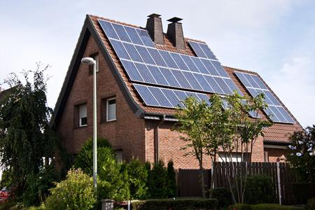 Huis met zonnepanelen Redactioneel