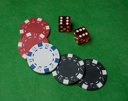 Close-up van poker chips en Wrfeln