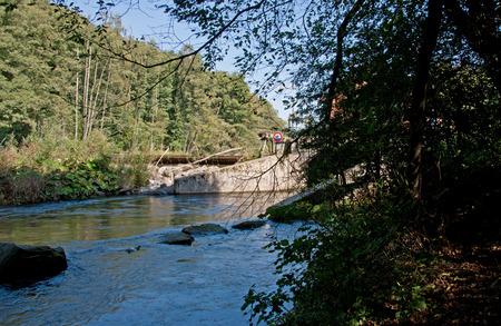 Weir op de rivier de M? Hne Stockfoto