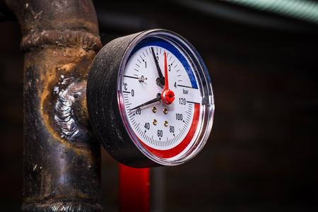 Pipelines mit Manometer Wasserdruck, Zentralheizung close-up