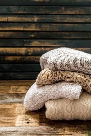 tejido de lana: Suéter acogedor y suave en un hermoso adorno sobre fondo de madera