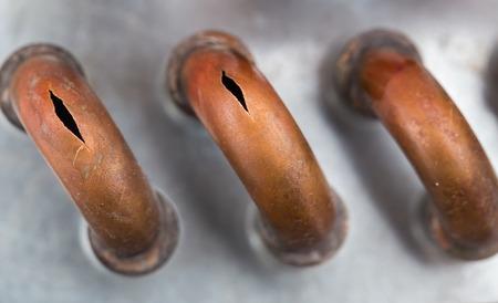 冷たい、クローズ アップから銅パイプをバーストします。